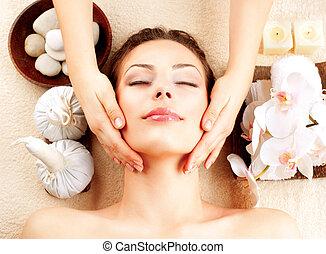 spa, massage., jonge vrouw , krijgen, gezichtsmassage