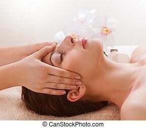 spa, massage., junge frau, bekommen, gesichtsmassage