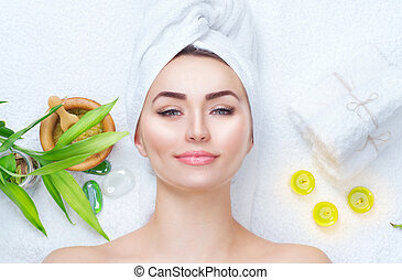 spa, mulher, aplicando, facial, mask., closeup, retrato, de, bonito, menina, com, um, toalha, ligado, dela, cabeça, aplicando, facial, argila, máscara