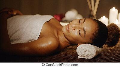 spa, mulher relaxando