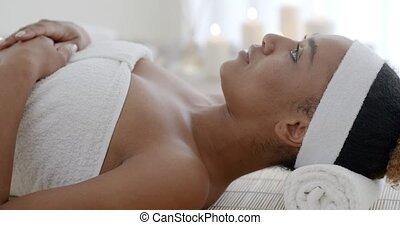 spa, salon, vrouw ontspannend
