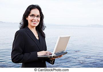 spaans, businesswoman, met, draagbare computer