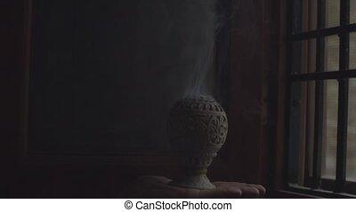 space., ismeretlen, hullámzás, kéz, dohányzik, vallás, feláll., indítvány, másol, indiai, égető, lassú, bent, füstölő, becsuk, fehér, birtok, füstölő, sötétség, black háttér, szöveg, kellemes illat, füstöl, aprófa