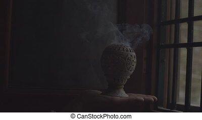 space., ismeretlen, vallás, kéz, dohányzik, gőzölgés, feláll., indítvány, másol, indiai, szoba, égető, lassú, bent, füstölő, becsuk, fehér, birtok, black háttér, szöveg, kellemes illat, sötét, füstöl, aprófa