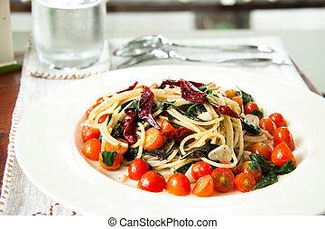 spagetti, con, tomates, y, tailandés, hierbas