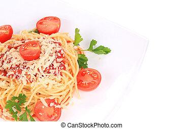 spagetti med tomat sås, basilika, och ost
