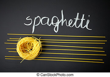 spaghetti, auf, schwarzer hintergrund