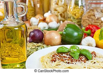 spaghetti bolognese, con, olio oliva, parmigiano reggiano, basilico, guarnire, vario, italiano, pasta, e, ingredienti, fuori fuoco, in, il, fondo.