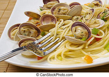 Fork over noodles and small clams (baby clams).