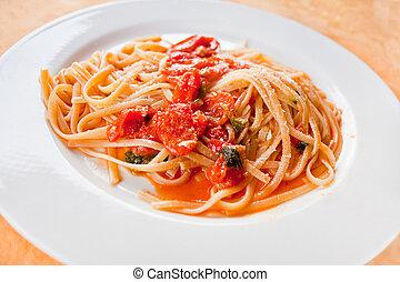 spaghetti with spicy tomato sauce