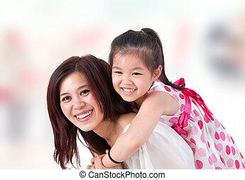 spalle cavalcata, home., famiglia asiatica