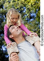 spalle, figlia, padre, parco, divertimento, detenere