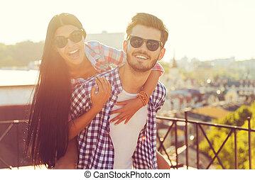 spalle, suo, love., giovane, insieme, amica, mentre, portante, tetto, divertimento, felice, detenere, uomo