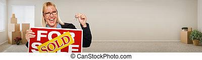 spandoek, van, volwassene, vrouw, binnen, kamer, met, dozen, vasthouden, huis stemt, en, sold, te koop, vastgoed, teken.