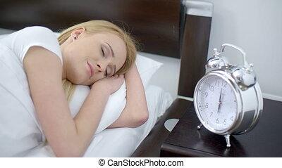 spanie, kobieta, zakręcając, na, budzik