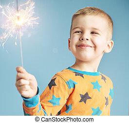sparkler, niño, encantado, mirar