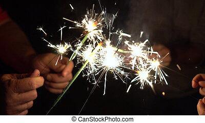 sparkler, pronto, insieme., gruppo, became, ditta, fires., persone, bengala, circle., luminoso, amici, ottenere, mano, sparklers, closeup, luce, vacanza