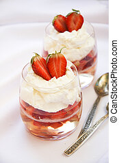 Sparkling wine jelly with strawberries and mascarpone cream