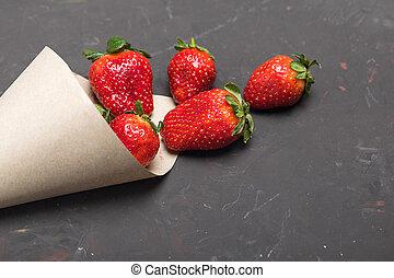 sparso, carta, fragole, nero, cono, fresco, rosso, tabletop