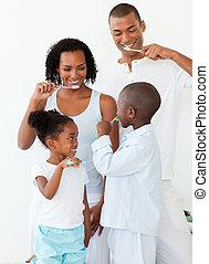 spazzolatura, famiglia, insieme, loro, denti, ritratto, felice