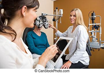 specialista, anziano, eyecare, esaminare, donna