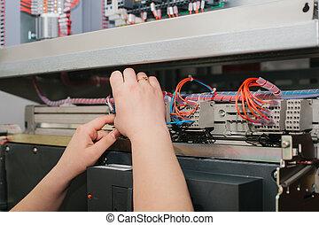 specialista, low-voltage, kontrola, skříňka, vybavení, elektrikář