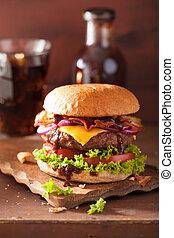 speckkäseburger, mit, rindfleisch, patty, fleischtomaten, zwiebel