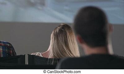 spectateurs, film regardant, gens, sombre, théâtre