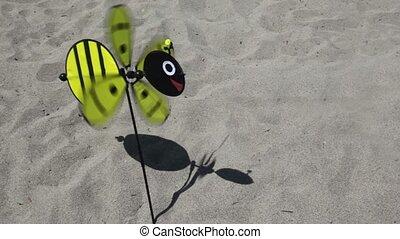 speelbal, bij, ronddraaien, stuck, vorm, propeller, grond