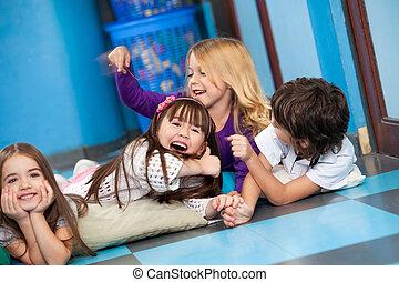 speels, kinderen, het liggen, vloer