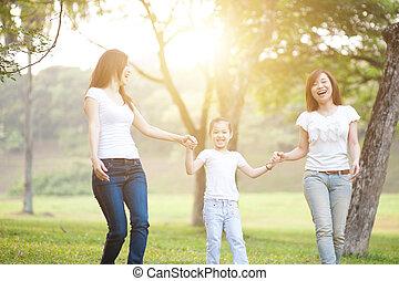 spelend, aziatische familie, buitenshuis