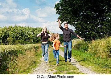 spelend, gezin, wandeling