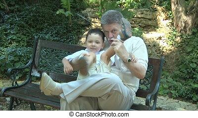spelend, kleinzoon, grootvader
