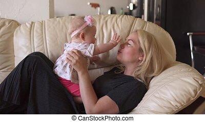 spelend, meisje, baby, schattig, moeder, sofa