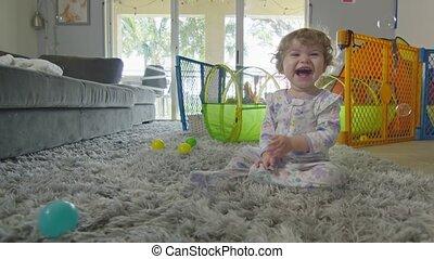 spelend, thuis, vrolijke , het glimlachen van het meisje, baby, bellen