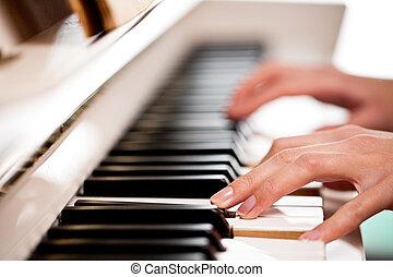 spelende piano
