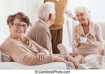 spenderande, folk, äldre, tillsammans, tid