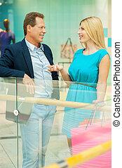 spendere, tempo, in, shopping, mall., allegro, coppia matura, parlando, altro, e, gesturing, mentre, standing, in, centro commerciale