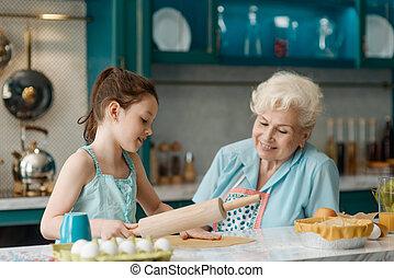 spends, 孫娘, ペストリー, 焼きなさい, 勉強, 良い時間, おばあさん, 子供