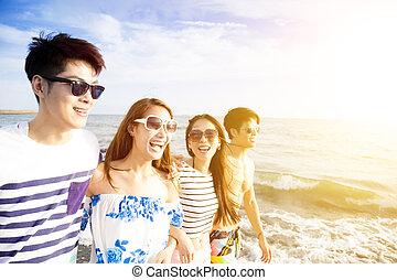 spiaggia, camminare, gruppo, giovane, felice