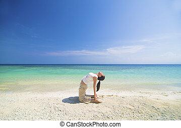 spiaggia, compiendo, yoga, femmina asiatica
