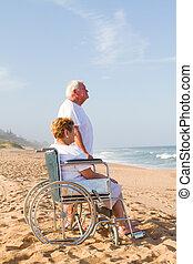 spiaggia, coppia, anziano