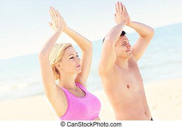 spiaggia, coppia, meditare, pacifico