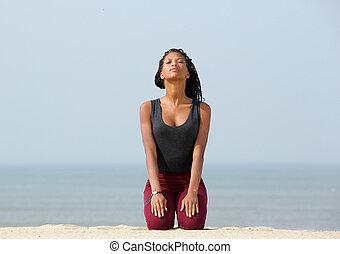 spiaggia, donna meditando, giovane