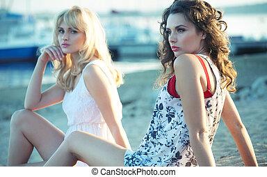 spiaggia, due, giù, amici ragazza, dire bugie