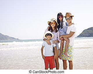 spiaggia, famiglia asiatica