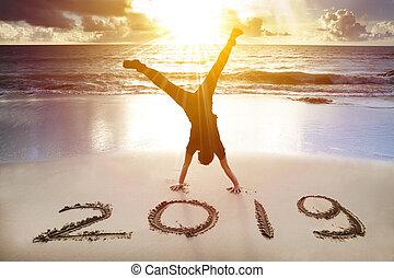 spiaggia., felice, nuovo, giovane, handstand, concetto, 2019, anno