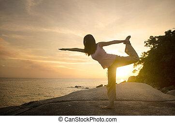 spiaggia, ragazza, compiendo, posa yoga