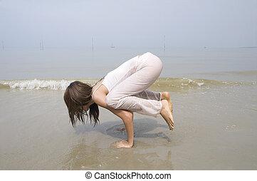 spiaggia, ragazza, compiendo, yoga, asiatico
