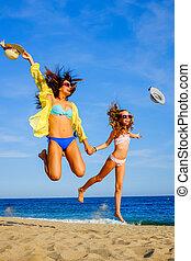 spiaggia., ragazze, swimwear, saltare, giovane